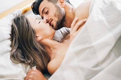 ベッドでキスする男女