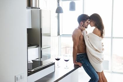 キッチンでキスする男女