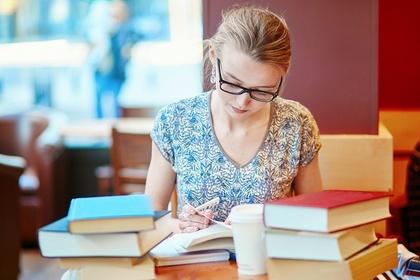 黙々と勉強する女性