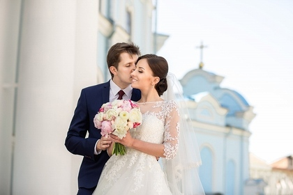 ウエディングドレスを着ている男性と女性