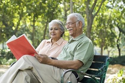 本を読む老夫婦