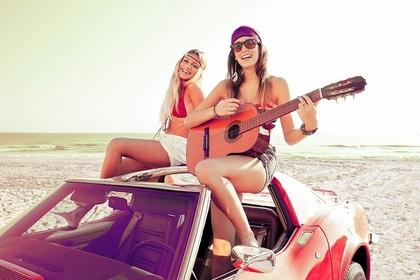 ビーチでギターを弾く女性