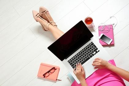 パソコンを触る女性