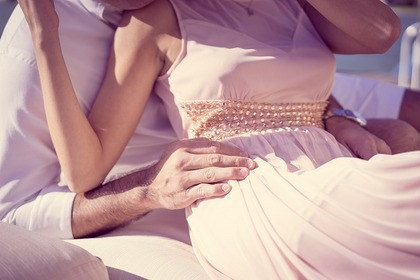 パステルカラーの服を着る女性