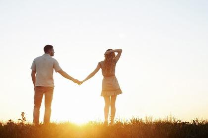 草原で手をつなぐ男女