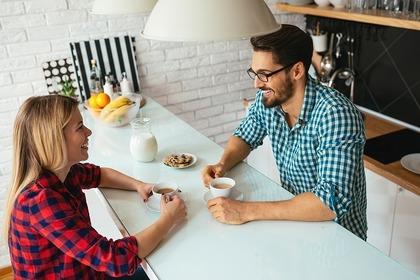 珈琲を飲みながら会話する男女