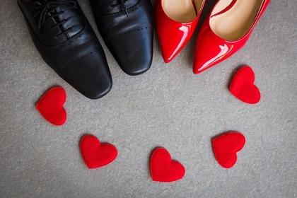 フォーマルな男女の靴と散りばめられた赤いハート