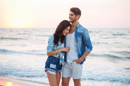 ビーチでショートパンツを履いた男女