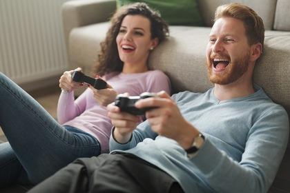 ゲームをしている笑顔の人たち