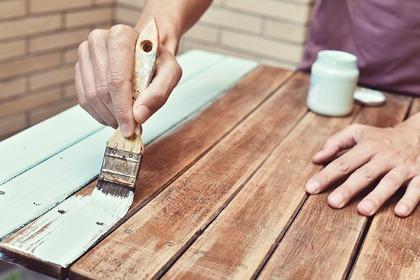 何かを塗っているところ