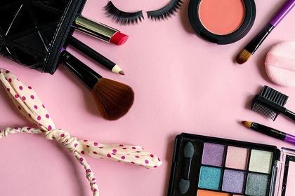 化粧ポーチとメイクアイテム