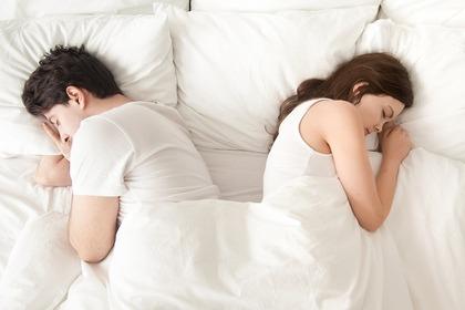 背中を向けて寝る夫婦
