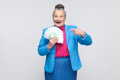お金を持つおばあさん
