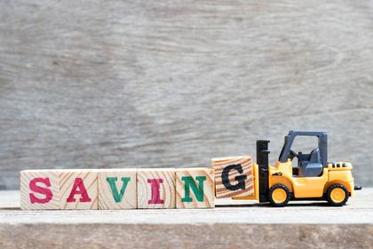 木を運ぶトラックのおもちゃ