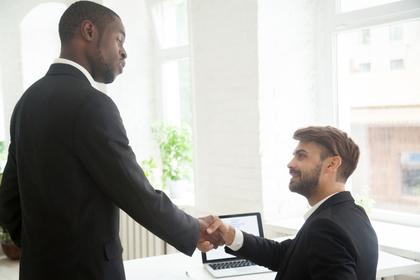 上司と握手する男性