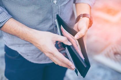 男性が財布を持っている