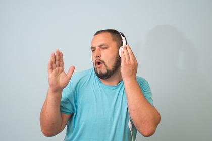 耳に蓋をする人
