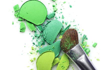 様々な緑色のアイシャドウ