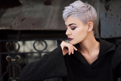 短髪の女性