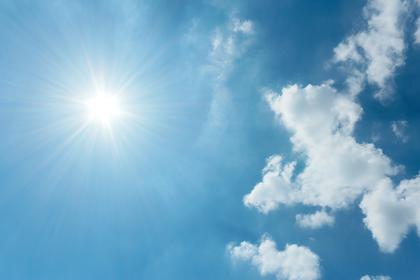 青空に輝くキレイな太陽