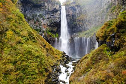 滝のある山中