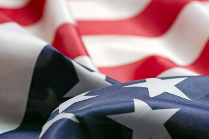 アメリカ国旗がなびく