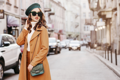ブラウンコートの女性