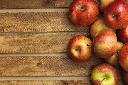 床に置かれたりんご