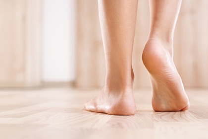 スタイルのいい女性の足