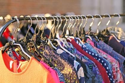 ハンガーにかけられたたくさんの服