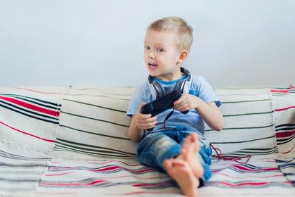 ゲームをする男の子