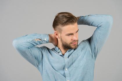 髪を触る男性