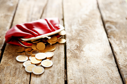 赤い財布とコイン